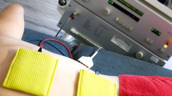 Elektrotherapie mit schwammelektroden am rücken